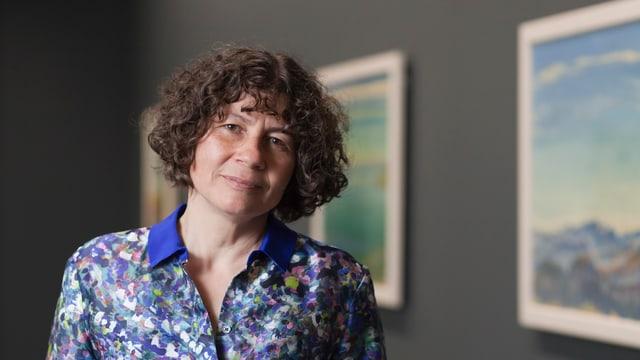 Bettina Stefanini, die Tochter des Kunstsammlers Bruno Stefanini, vor Werken, die ihrem Vater gehören im Kunstmuseum Bern.