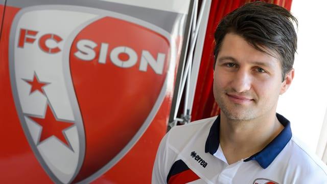 Veroljub Salatic posiert neben dem Logo des FC Sion.
