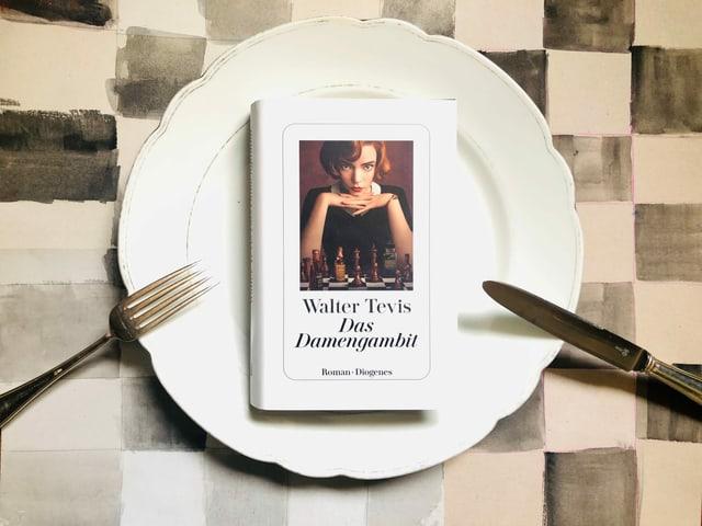 «Das Damengambit» von Walter Tevis liegt auf einem weissen grossen Teller