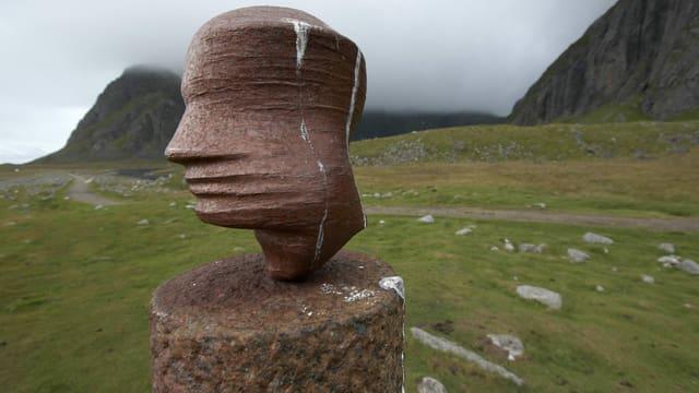 eine Skulptur eines Kopfs