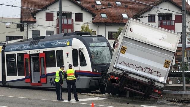 Die Unfallstelle mit Polizisten davor.