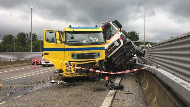 Zwei kollidierte Lastwagen.