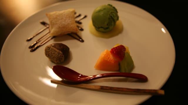Ein Dessertteller mit vier verschiedenen Desserts darauf.