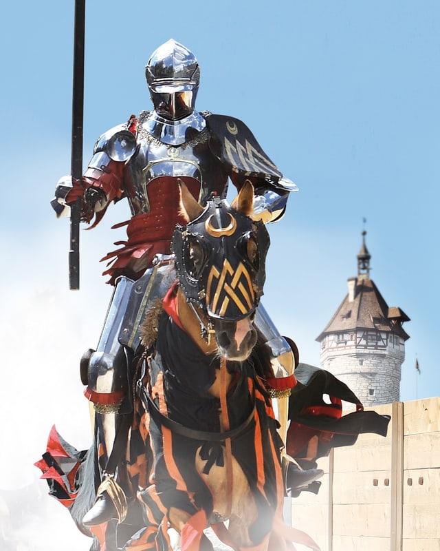 Ritter in vollem Galopp vor dem Munot.