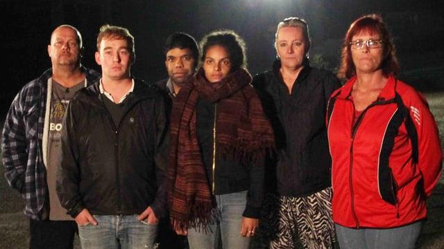 Die sechs Teilnehmer posieren für die Kamera.