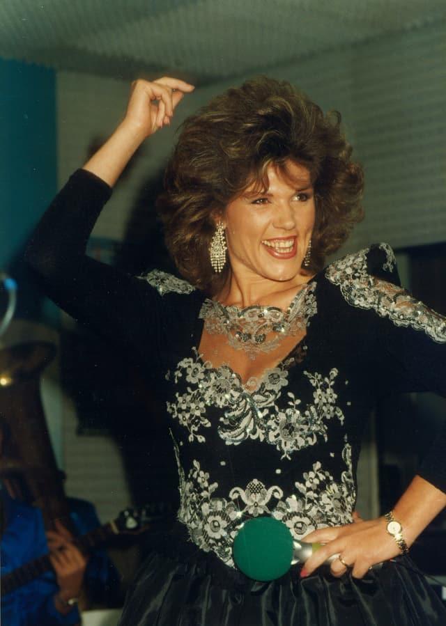 Maja Brunner in der Pose einer Flamenco-Tänzerin bei einem Auftritt 1988 in Nürnberg.
