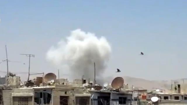 Kämpfe in Syrien gehen weiter – Rauchwolke über den Dächern.