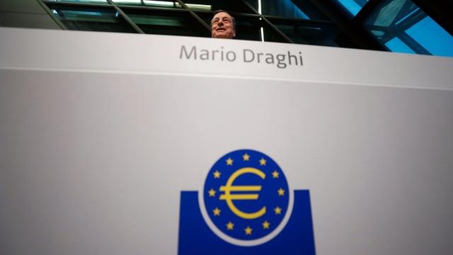 Draghi sitzt über dem Euro-Logo.