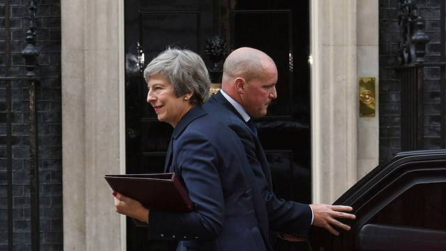 Purtret da Theresa May davant la Downing Street.