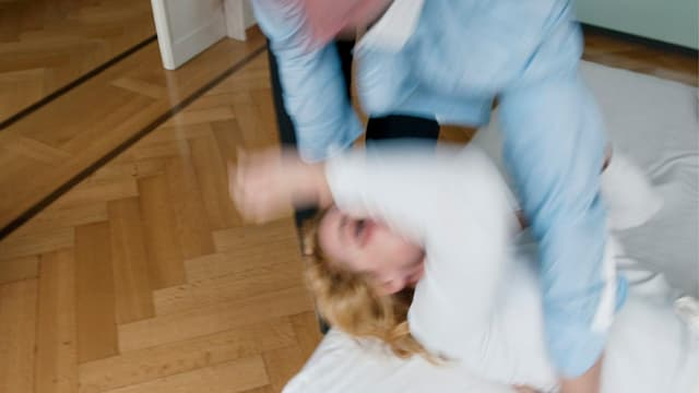 Verschwommenes Bild von einer Gewaltszene zwischen einem Mann und einer Frau