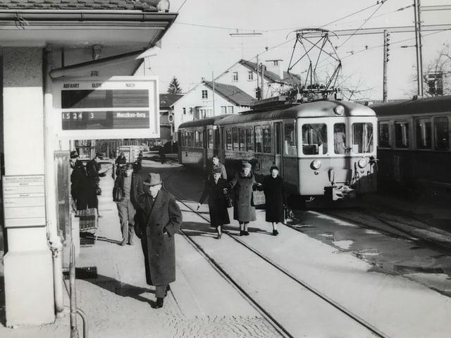 Ein Zug und Passagiere auf dem Perron der WSB irgendwann in den 60er-Jahren.