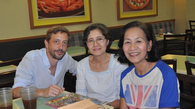 Musikredaktor Gregi Sigrist mit Beatles-Fans Victoria und Rosario Ponce (Manila, 2016).