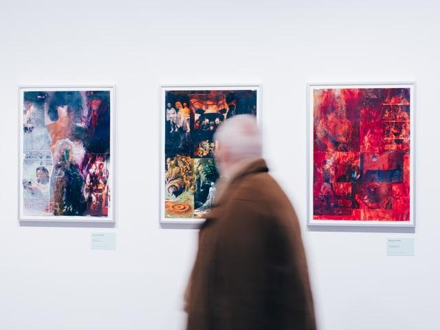 Ein Zuschauer vor Gemälden im Musée Rath.