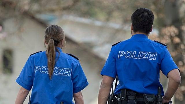 Zwei Polizeibeamte von hinten.