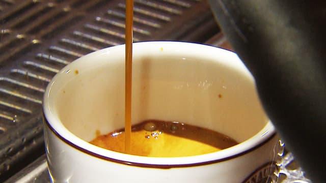 Frisch gebrauter Kaffee läuft in die Tasse