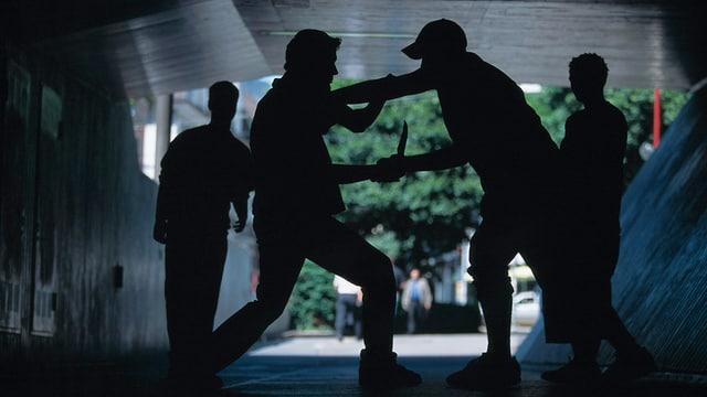 Zwei Männer, die sich prügeln und zwei die dabei zusehen.