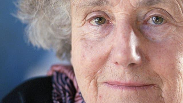 Eine Grossaufnahme der Schweizer Schriftstellerin Erica Pedretti.