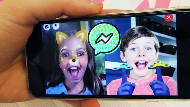 Ein Handy zeigt zwei Kinder während eines Videochats.