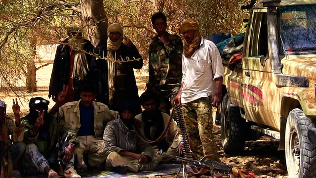 Kämpfer der Tuareg-Rebellengruppe MNLA im Schatten eines Baumes.