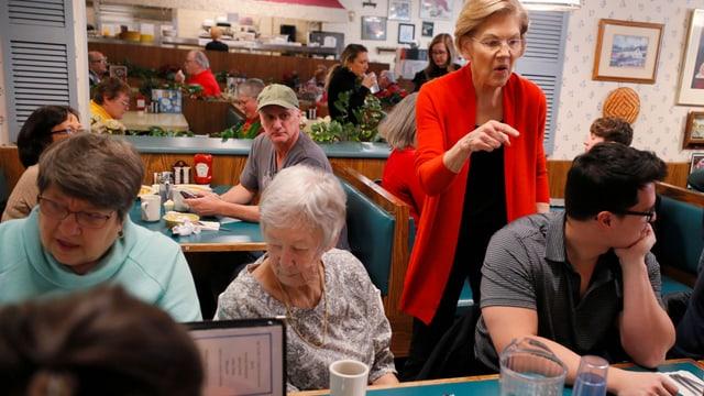 Senatorin Elizabeth Warren spricht mit Gästen in einem Restaurant.