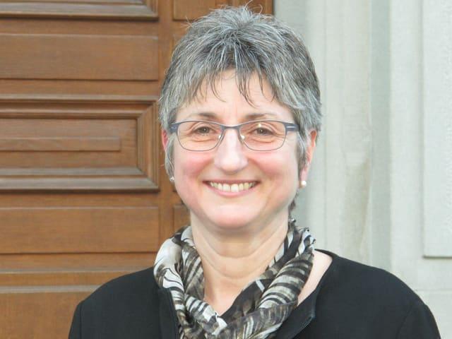 Regierungsrätin Christine Bickel vor dem Rathaus in Glarus.