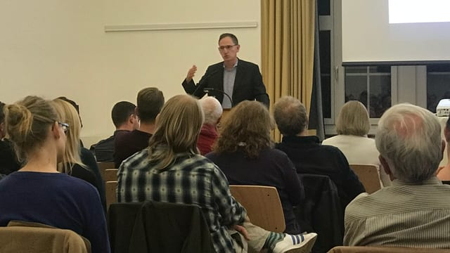 Mario Fehr redet vor den Mitgliedern der Grünen des Kantons Zürich.