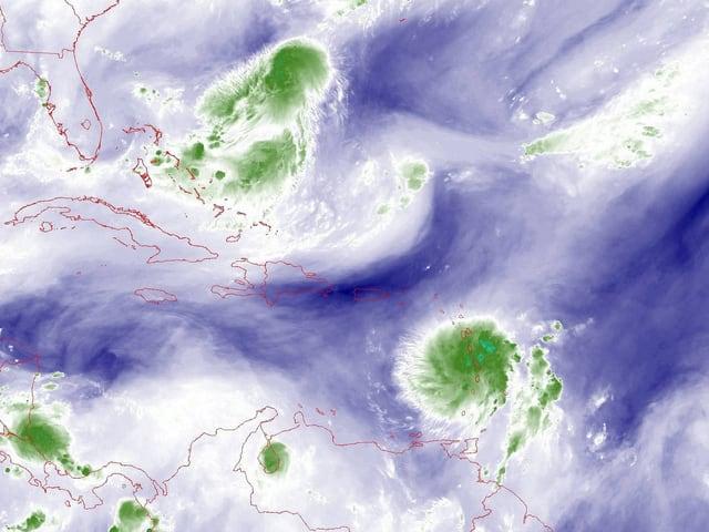 Satellitenbild der Wolkenformation eines tropsichen Tiefdruckwirbels über der Karibik.