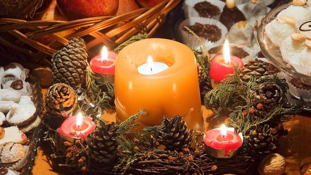 Eine Rechaudkerze in einer grossen Kerze.