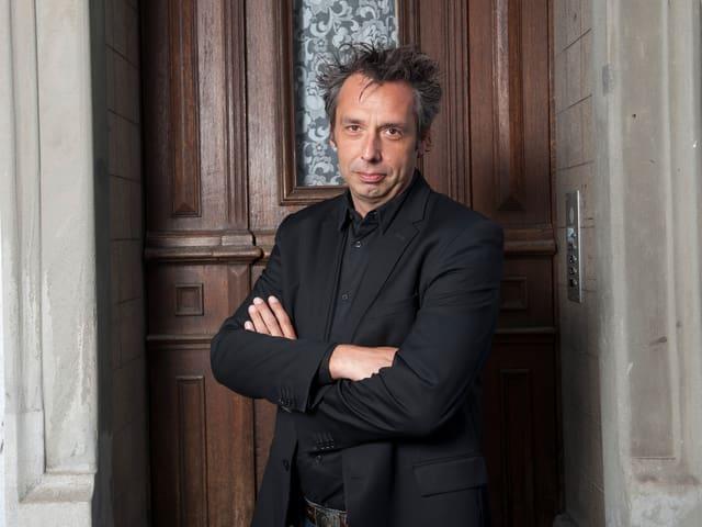 Markus Welter, der Regisseur von «Das alte Haus», vor der Tür des Hauses, in dem der Film gedreht wurde.