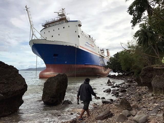 In bastiment ch'ha fatg naufragi a la riva a Mabini en consequenza dal taifun.