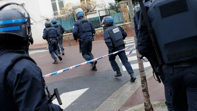 Tausende Polizisten haben nach den Attentätern gesucht. Hier in Porte de Vincennes. (reuters)