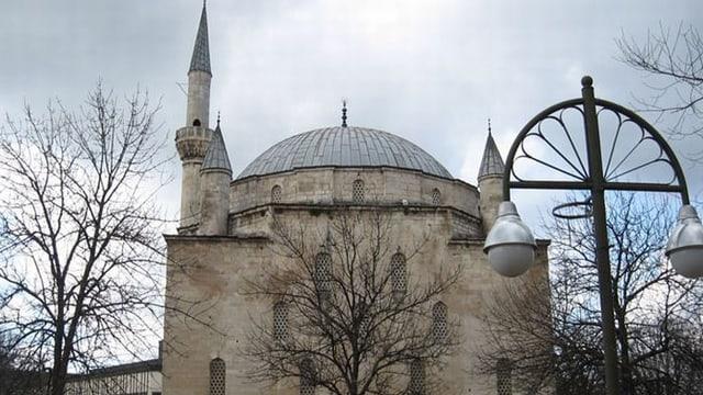 Moschee mit Minarett.