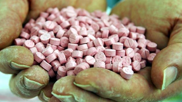 Ecstasy-Pillen in einer Hand