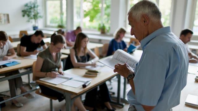 Ein Lehrer unterrichtet im Klassenzimmer