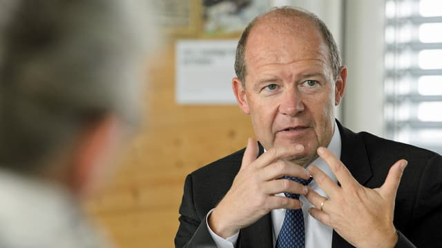 Valentin Vogt, Präsident Schweizerischer Arbeitgeberverband, gestikuliert während eines Gesprächs. (keystone)