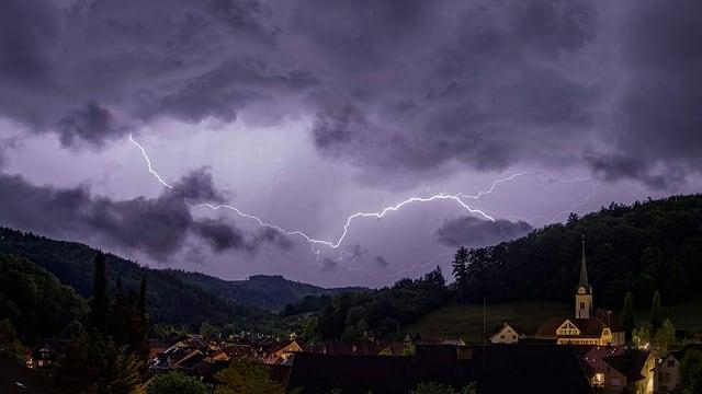 Blitz über Dorf