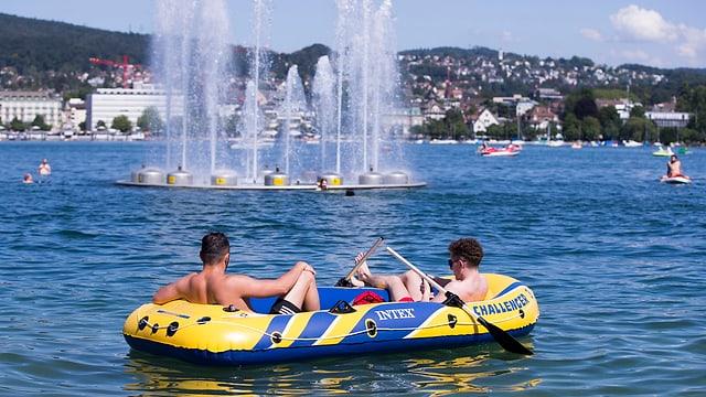 Zwei Männer in einem Schlauchboot auf dem Zürichsee.