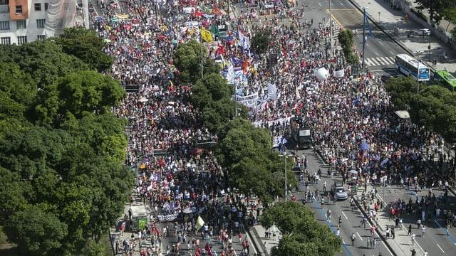 Tausende Menschen protestieren in Rio de Janeiro.