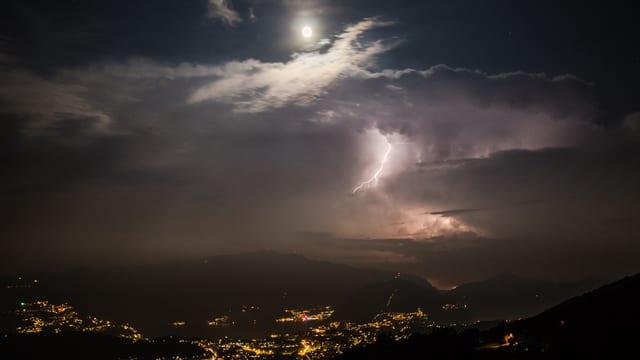 Nächtlicher Blick Richtung Südtessin mit Blitz über der Poebene und Mond über dem Mitteltessin.