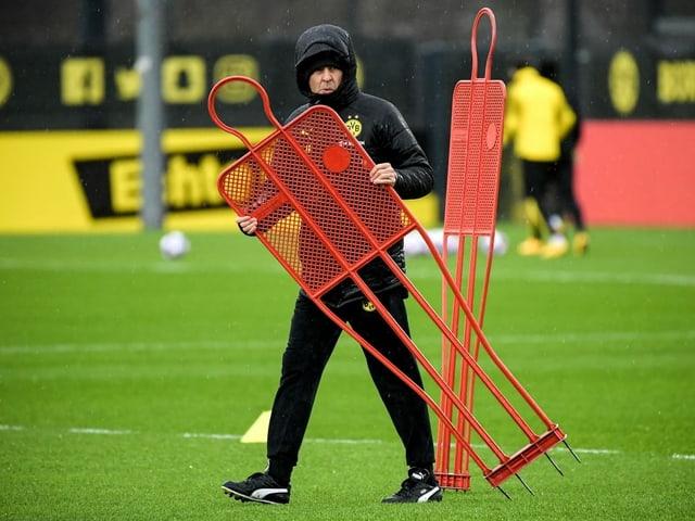 Spiele gibt es für ihn und die Mannschaft vorerst keine: Dortmund-Trainer Lucien Favre.