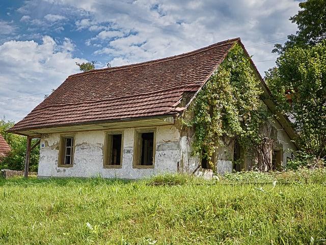 Baufälliges Haus aus Sandstein.