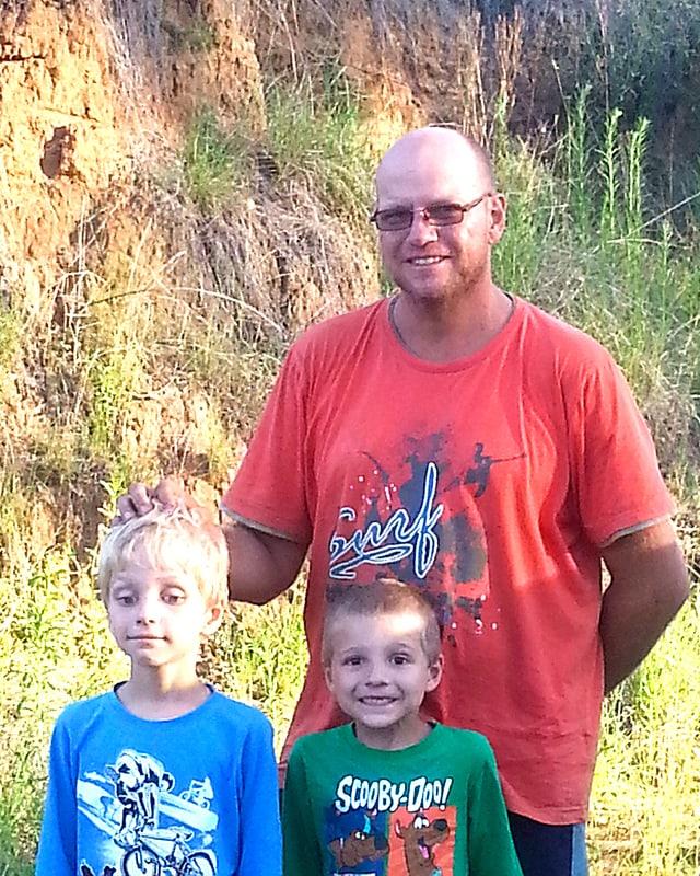 Portrait des australischen Vaters mit seinen zwei kleinen Söhnen.