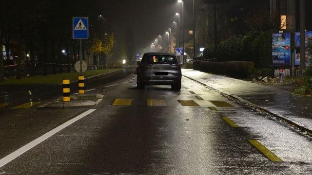 Auto steht an Fussgängerstreifen in Neuenhof.