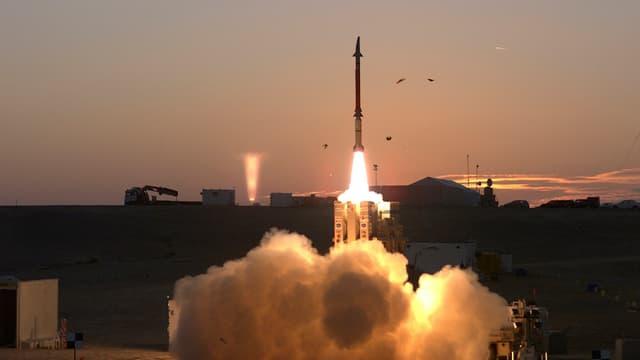 Eine Rakete hebt vom Boden ab.