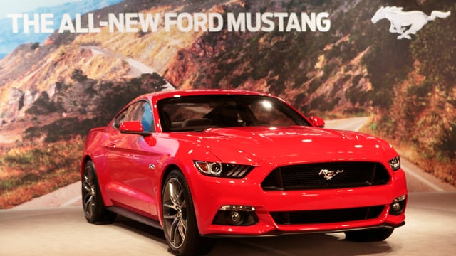 Ein roter Ford Mustang.