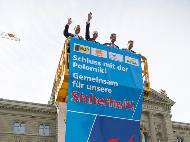 Martin Landolt, Christophe Darbellay, Philipp Müller und Toni Brunner werben auf einem Kran für den Gripen.