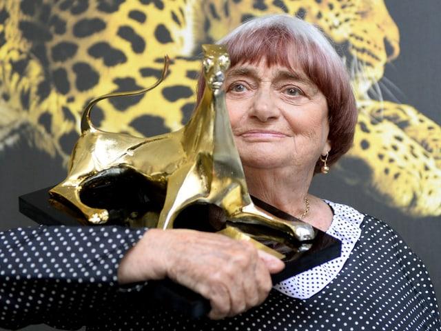 Varda hält eine grosse goldene Leoparden-Statue