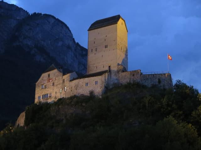 Das Schloss Sargans zur blauen Stunde.