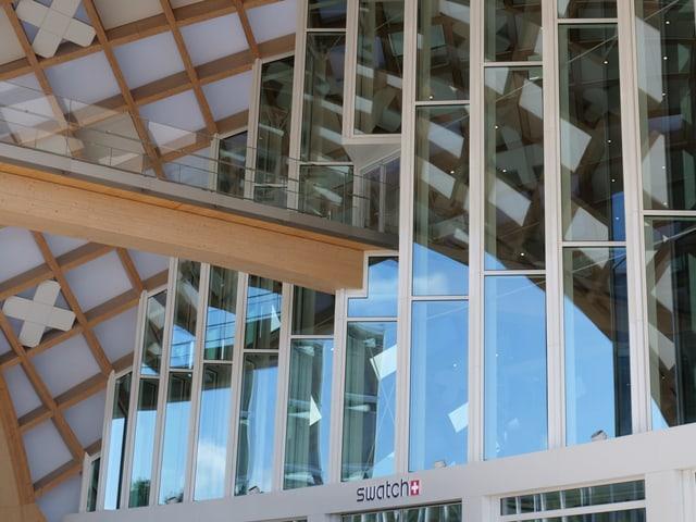 Holzbalken und Glasfenster beim Haupteingang