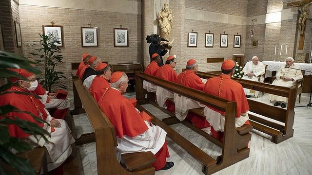 Kardinäle in Sitzbänken und davor die zwei Päpste.